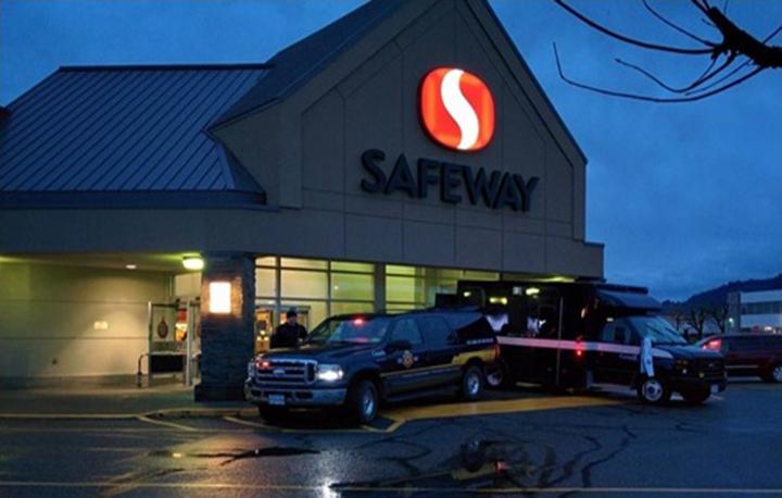 Une photo de deux véhicules du SCC devant le Sardis Safeway à Chilliwack, en Colombie-Britannique.