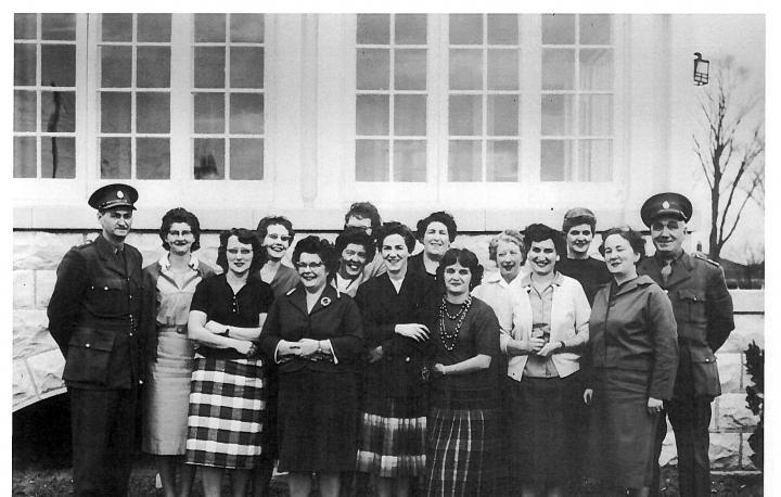 Novembre 1960 – Photo du premier cours de formation officielle pour les agentes correctionnelles. Les membres du personnel qui y participaient étaient des « surveillantes » à la Prison des femmes.