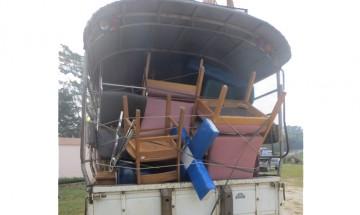 Une photo des croix livrées par camion aux églises de pays en développement