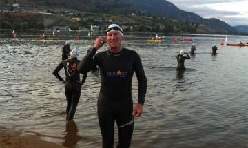 Une photo de Paul qui se prépare à la partie de la course qui s'effectue à la nage