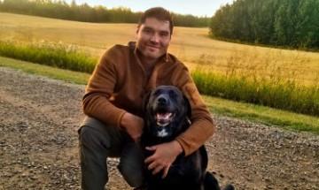 Danny Bruno avec son chien, Captain, un rescapé de la réserve (photo soumise par Danny).