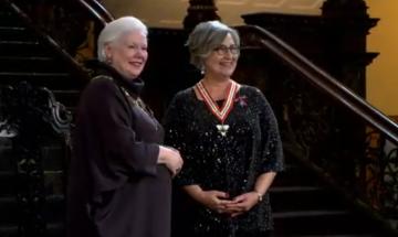 La lieutenante-gouverneure de l'Ontario, Elizabeth Dowdeswell (à gauche), présente l'Ordre de l'Ontario à la Dre. Dorothy Cotton.