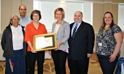 Donna Myskiw, troisième à partir de la gauche, reçoit le Prix du multiculturalisme Emerson Douyon.